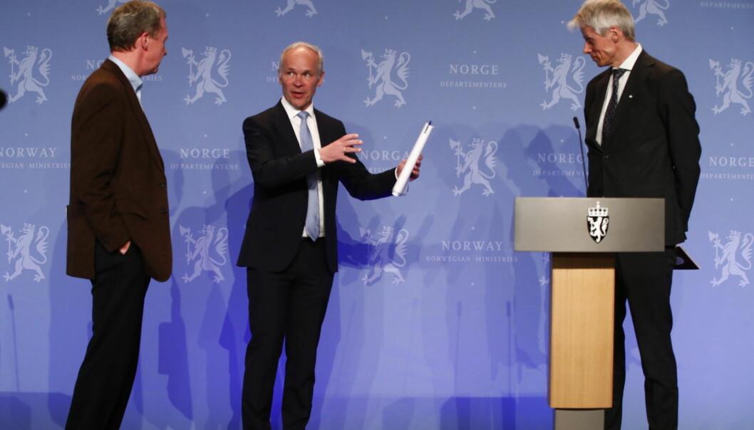 Finansminister Jan Tore Sanner (H). Skattedirektr Hans Christian Holte th. og  administrerende direktr i Finans Norge, Idar Kreutzer tv.