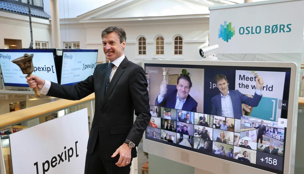 Børsdirektør Øivind Amundsen ringte i bjellen da Pexip Holding torsdag ble notert på Oslo Børs, under en digital bjelleseremoni.