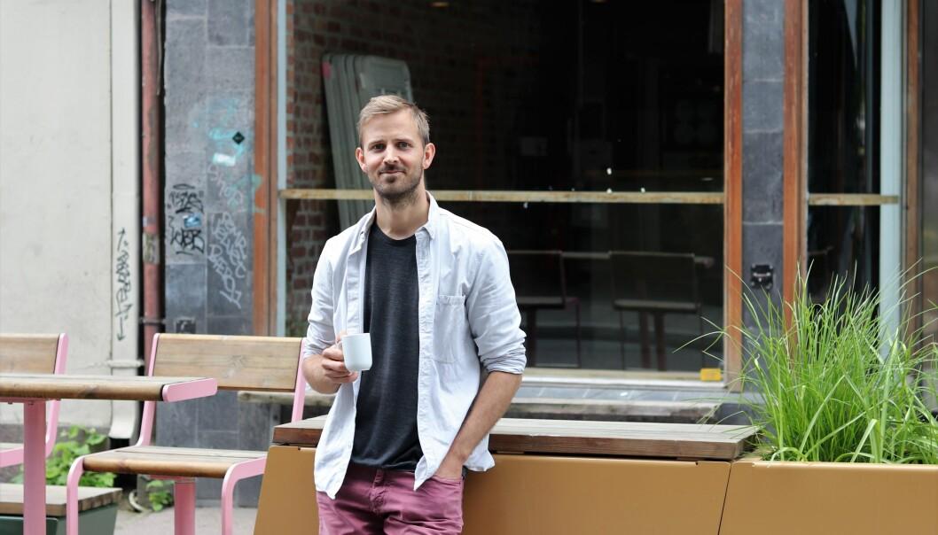 Gründer Anders Mjåset foran et mørklagt Tordenskiolds gate 3.