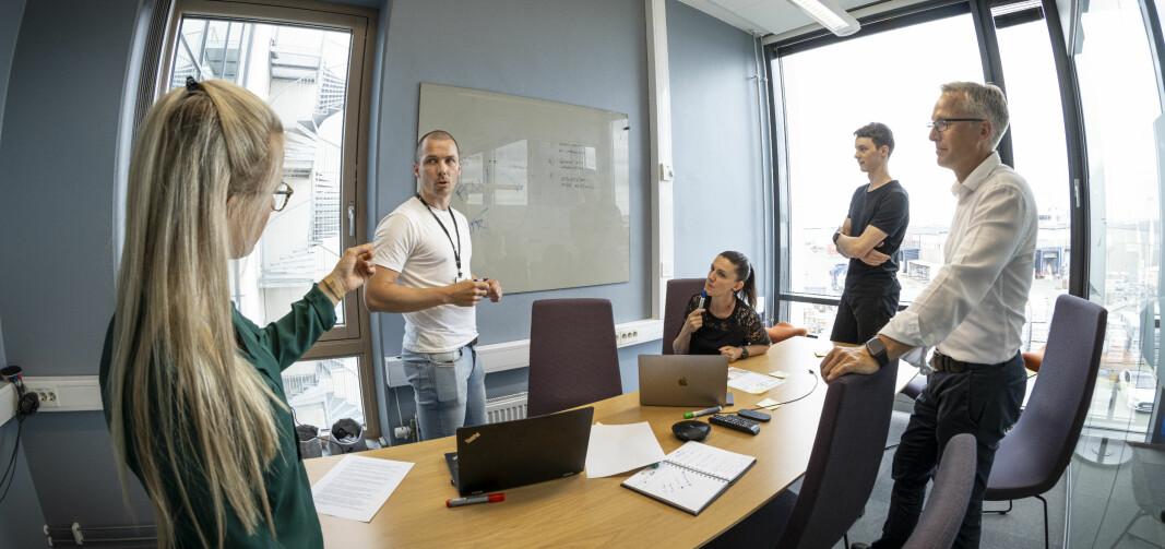"""Sintef og CoFounder lanserer akselerator for utvikling av nye teknologibaserte vekstbedrifter i Nord-Norge. Her i samtale med porteføljeselskapene Nisonic og SonoClear i en typisk """"Trykktank""""-situasjon. F.h Morten Frøseth (Partner, CoFounder), Arved Anhalt (Nisonic), Alma Åslund (SonoClear), Dag Marius Brurok (Nisonic), Vilde Kvarberg (forretningsutvikler CoFounder)."""