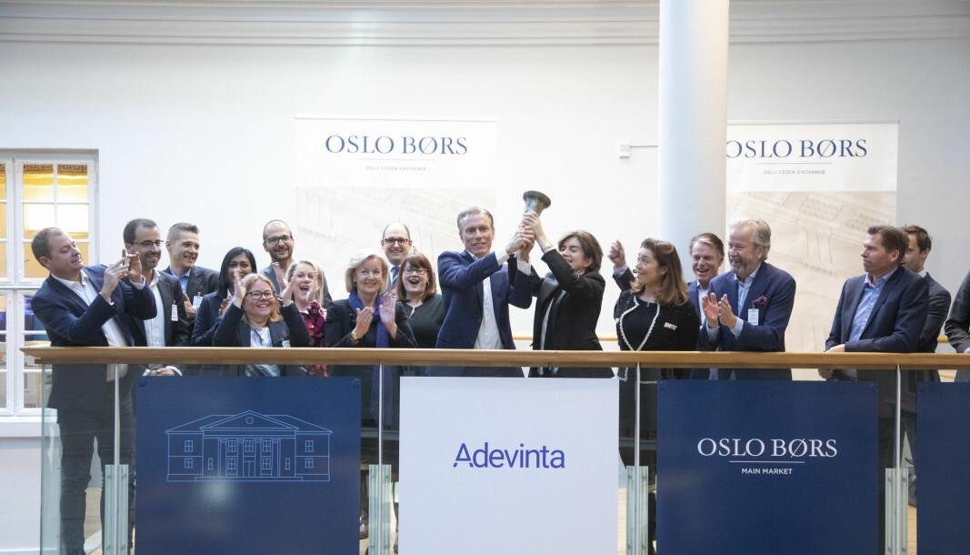 Rolv Erik Ryssdal ringer med børsbjella for å markere at Adevinta noteres på Oslo Børs.