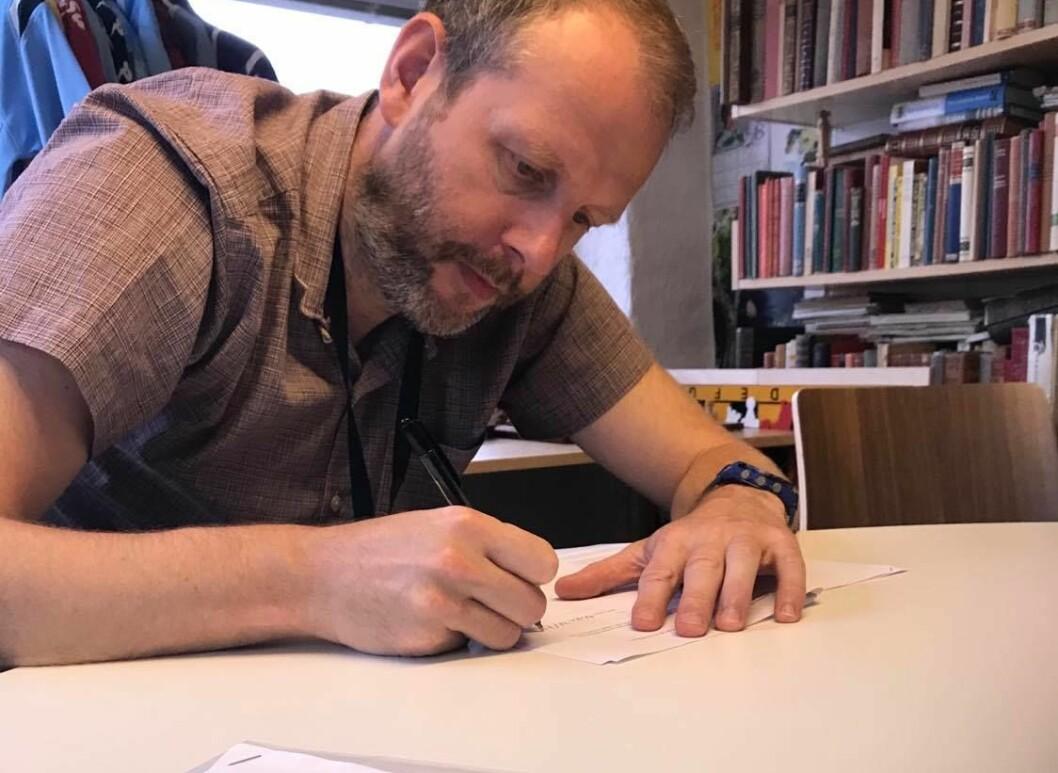 Eystein Thue signerer den første kontrakten med Instapoll.