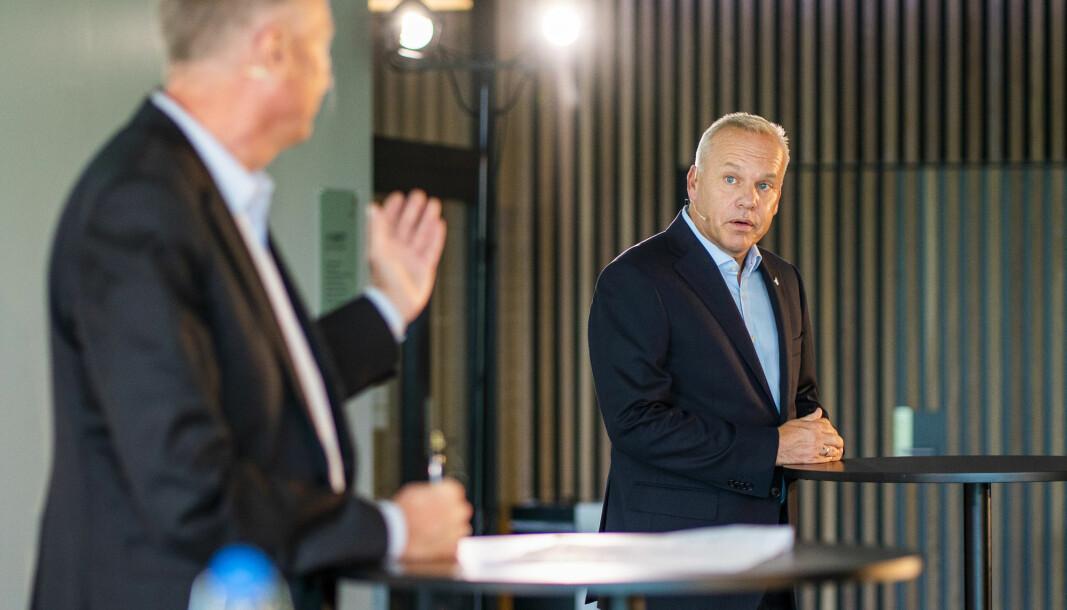 Equinors styreleder Jon Erik Reinhardsen (t.v.) presenterte Anders Opedal som ny konsernsjef i Equinor etter Eldar Sætre mandag formiddag.