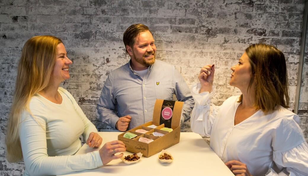 Carepacks måtte skrote embalasjen for sitt sunne snack da coronaen kom. Christin Westby, Stig Ola Johansen og Christina Engelsen.