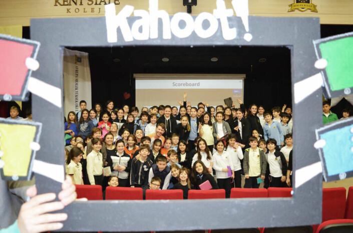 Jamie Brooker sammen tyrkiske skoleelever i Istanbul.
