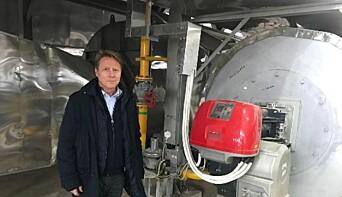 WAI CEO, Steinar Danielsen, ved brennkammeret for en av beltetørkene i Changsha i Kina.