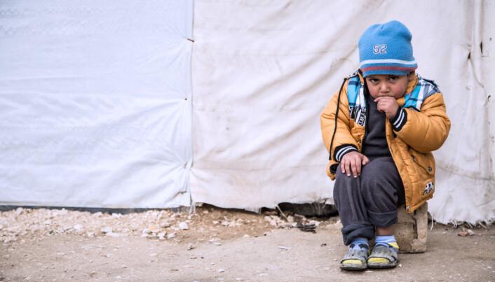 Denne tre år gamle syriske gutten er ikke glad i den kalde vinteren som har truffet en flyktningeleir i Libanon. Redd Barna jobber med å gi varme, mat og tak over hodet til 100.000 barn før jul.