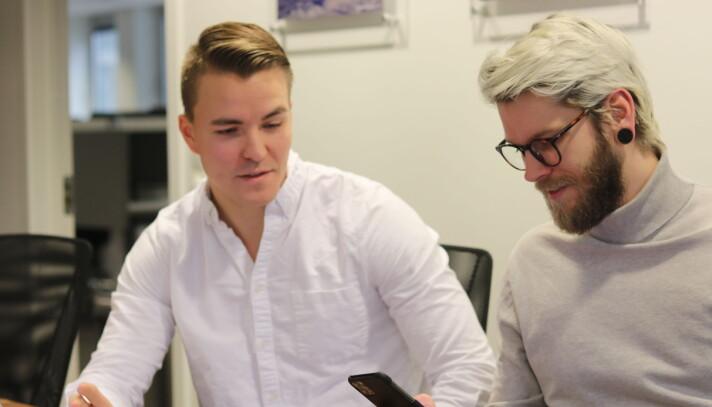 Med på laget er UX-designer Herman Paulsen (t.h) og et team utviklere i India.