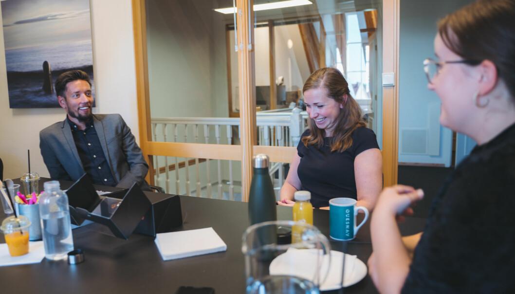 Glade miner i sandkassen. Fra venstre Finanstilsynets koordinator for den regulatoriske sandkassen, Vidar Nordtømme, kollega Heidi Augestad Opsahl, samt complicance-konsulent Rikke Øksnes i Quesnay