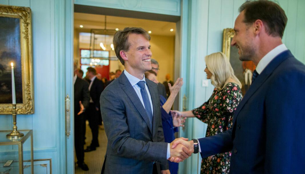 Bjarne Lie (t.v.), managing partner i Verdane, hilser på Kronprins Haakon og kronprinsesse Mette-Marit i forbindelse med en middag på Skaugum i 2017, da Oslo Business for Peace Award ble delt ut.