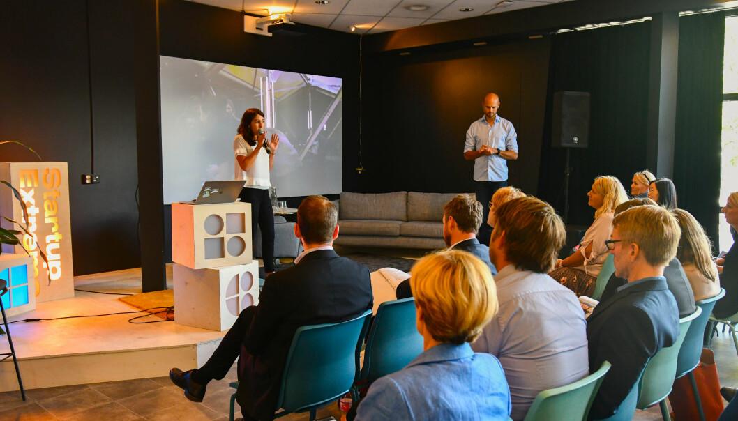 Virginia Vegas og Knut Wien (begge fra Startup Norway) på scenen under et av våre fysiske arrangementer.