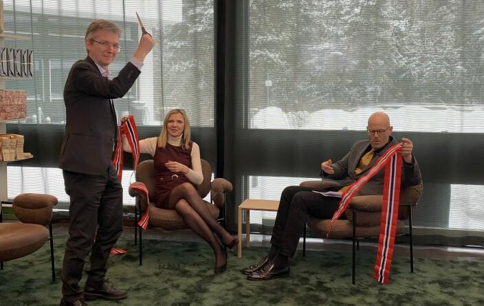 Statssekretær Paul Chaffey i Kommunal- og Moderniseringsdepartementet, riksarkivar Inga Bolstad og Kjetil Sviland i Arkivverket klippet snor for å markere at myndighetens regulatoriske sandkasse er åpnet.