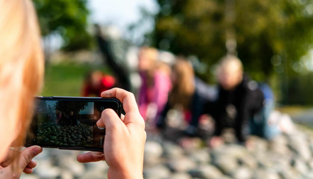 KREATIVE OPPGAVER: Gjennom Wittario kan lærerne gi elevene utfordringer utendørs, som skal løses og dokumenteres på mobiltelefonen.