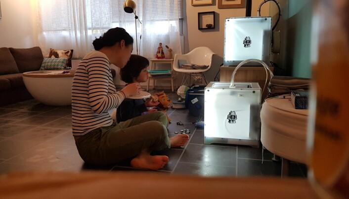 Marinne Hebnes og sønnen i stuen sammen med 3D-printeren. Nå blir produktet produsert på et mekanisk verksted utenfor Stavanger