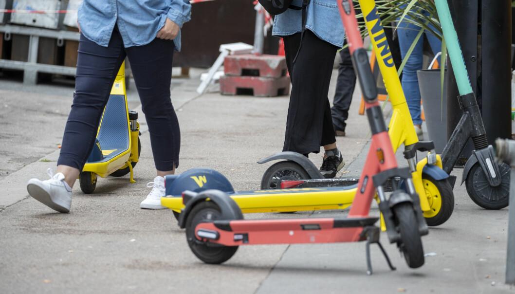 Elektriske sparkesykler står parkert på fortau og i veien et sted i Oslo. Den nye loven skal gi kommunene større mulighet til å avverge slike og andre farlige situasjoner.