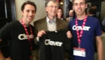 Gründerne i Clever på et litt uskarpt bilde med Bill Gates.