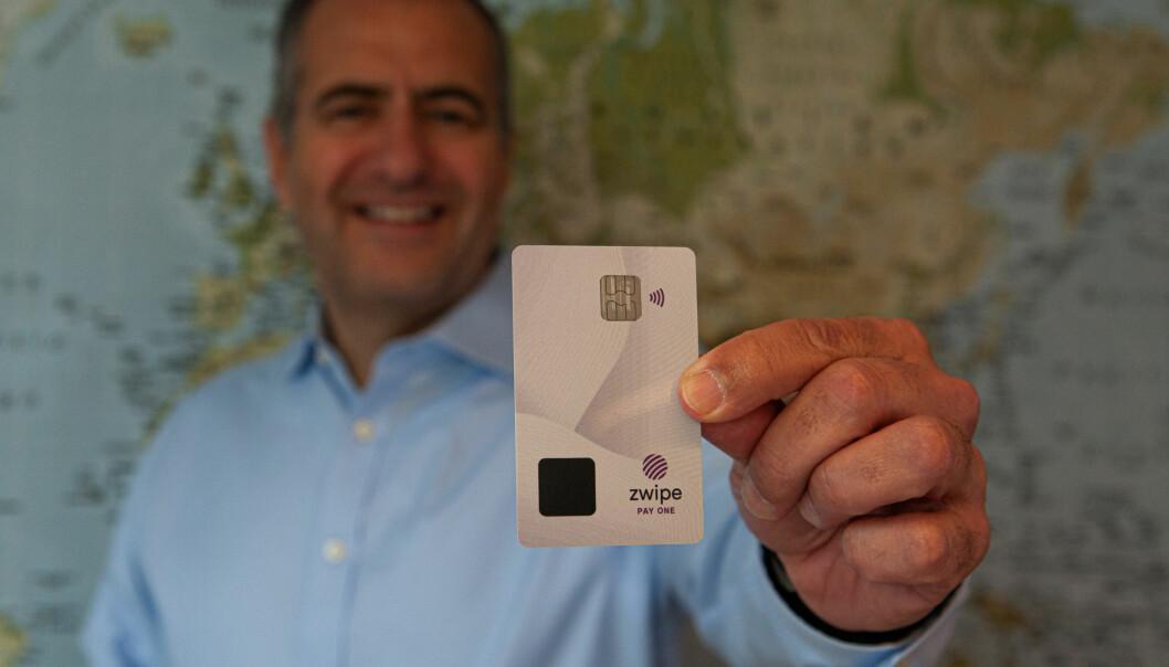 André Løvestam, daglig leder i Zwipe holder opp det biometriske betalingskortet som han tror skal legge grunnlaget for et helt nytt marked.