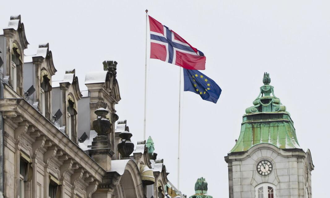 Det norske flagget vaier ved siden av EU sitt flagg på toppen av Grand Hotel i Oslo. Bildet er tatt i en annen sammenheng, da EU mottok fredsprisen i 2012.