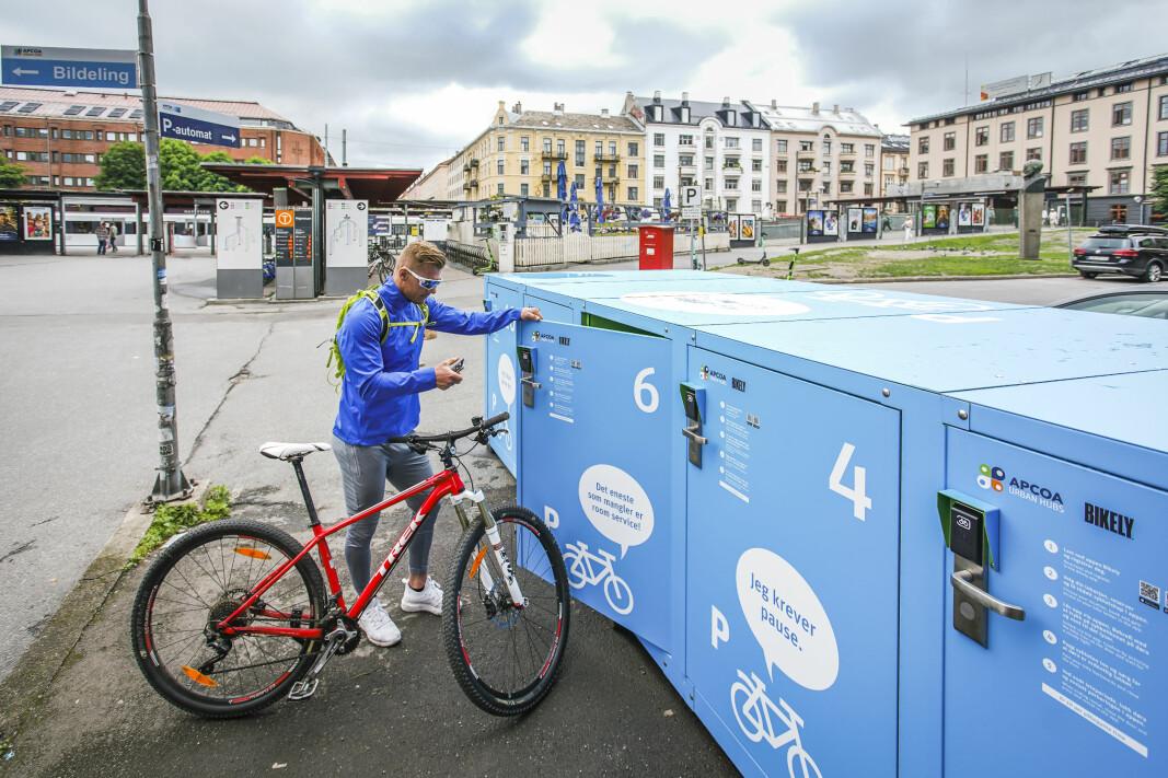 Marius Gjøstein i parkeringsselskapet Apcoa tester sykkelparkeringen som er plassert på Majorstuen i Oslo.