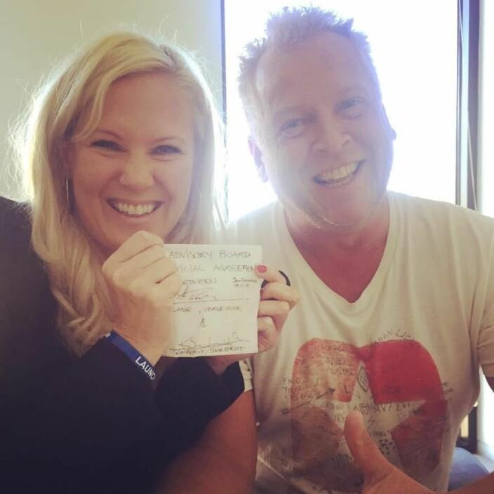 Kimberly Larsen og Lasse Andresen med servietten der de hadde blitt enige om sitt første samarbeid.