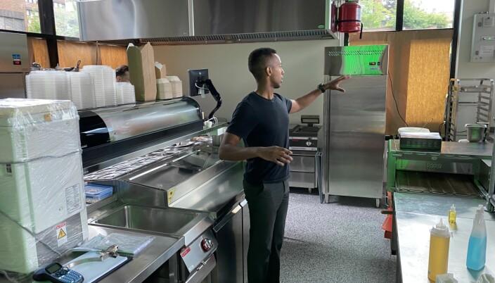 Nathan Jirenyaa Etefa viser hvor kokkene står skulder til skulder og lager all slags mat under forskjellige merkenavn