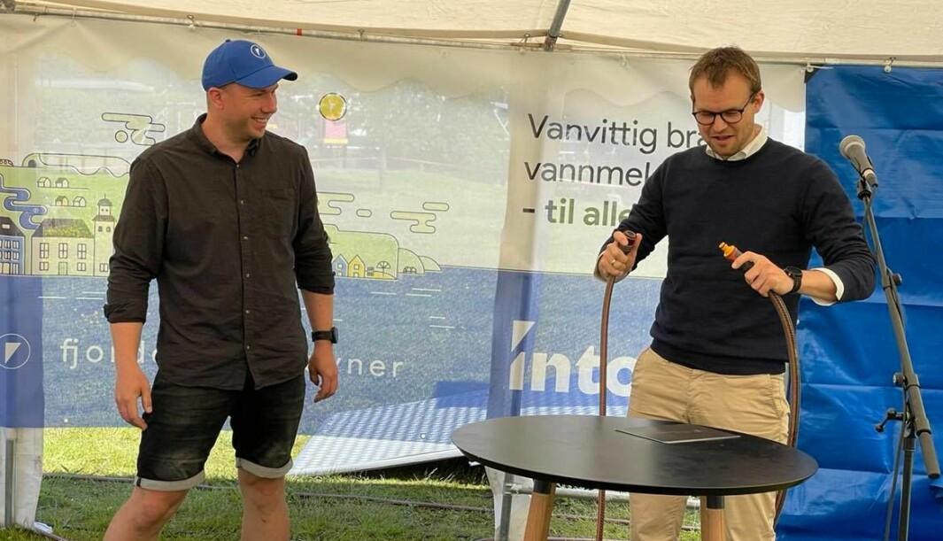Gründer og COO Morten Hauan lar statsråd Kjell Inge Ropstad koble vannslangen som markerte den offisielle lanseringen av det nye verktøyet til Intoto.