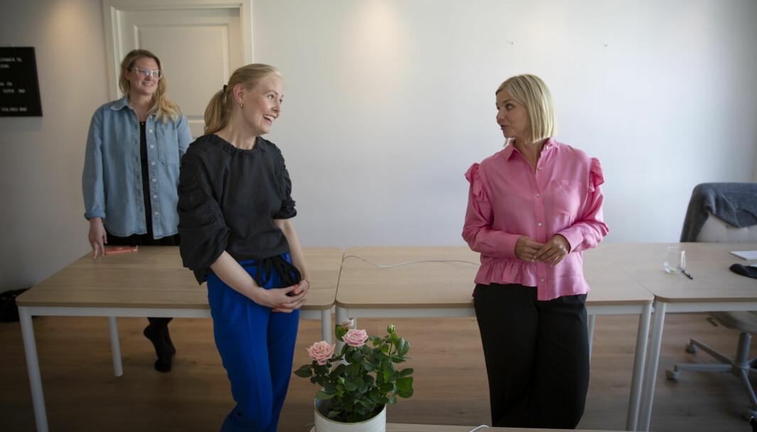 Kunnskaps- og integreringsminister Guri Melby har lenge abonnert på klær fra Fjong, og bruker leide klær på både pressekonferanser og i hverdagen - blant annet denne rosa skjorta. Hun var innom en tur da Shifter var på besøk hos COO Sophie Wiik (t.v) og Sigrun Syverud (i midten) - faktisk nesten helt tilfeldig.