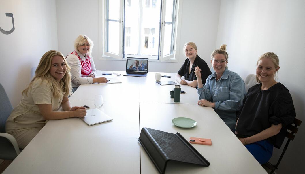Sigrun Syverud har fått en lang rekke nye ansatte i Fjong den siste tiden. Her er et lite utvalg av dem. Fra Venstre: Oda Aukland, Thea Skjelbred, Kornelia Minsaas (på skjerm), Charlotte Wiik, Sophie Wiik, Sigrun Syverud.