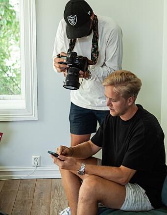 Produktsjef og CCO Espen Myklebust demonstrerer appen for fotografen som tar bildene til lanseringen