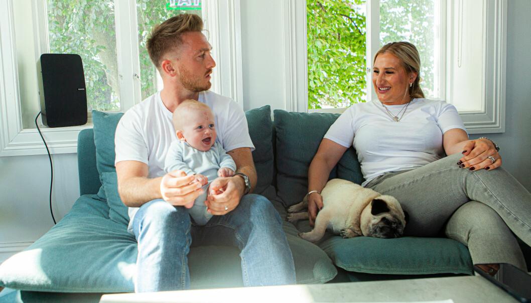 Livet til Axel og Caroline Hunter skiller seg ganske fra de fleste familier med små baren. Her sammen med sønnen Hendrix, fem måneder, og mopsen Princess.