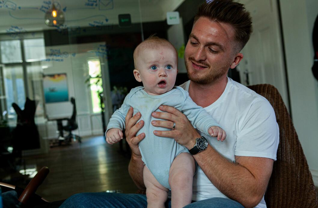 Far og sønn, momentet før unge Hendrix gjør pappa Axel oppmerksom på at det er på tide å bytte bleie.