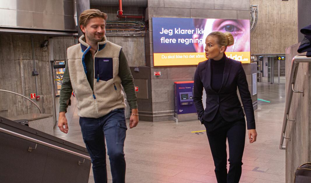 Fabian Grimelund og Evelina Olssons finansagent bytter navn og har fått en prominent plass på Nationaltheatret stasjon til å fortelle om det