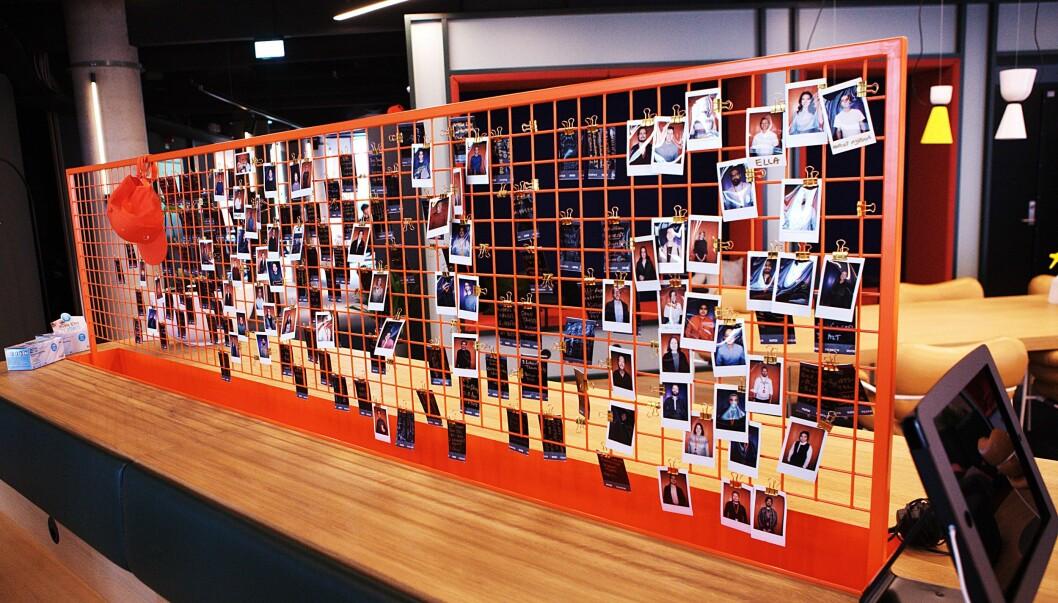 Det første som møter en i entreen til Vipps er et fotogalleri med ansatte. Etter halvannet år med stengt kontor og 94 nyansatte er det i sterkt behov av oppgradering.