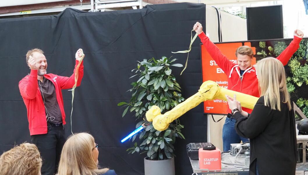 Startuplab fikk besøk av olje- og energiminister Tina Bru da de åpnet sin nye Energy Lab i dag - ved hjelp av en lasersverdsvingende robot. Adm. dir. Per Einar Dybvik og programleder Lars Flesland i bakgrunnen.