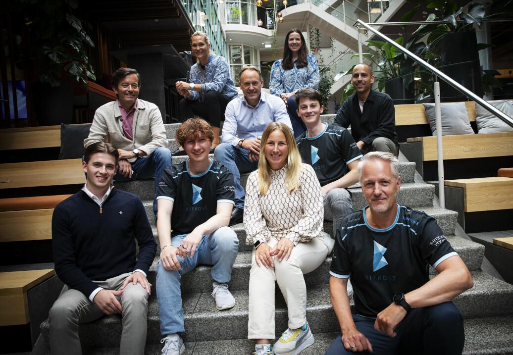 Anders H. Lier (nederst til høyre) med e-sport-teamet Bifrost og deres samarbeidspartnere, et av de første portefølje-selskapet til investerings- og scaleup-studioet Propell. Første rekke fra venstre: Emil Hamborgstrøm (Bifrost), Simen Lier (Bifrost), Anne Berndtsson (CEO, Bifrost). Andre rekke fra venstre: Trond Riiber Knudsen (investor), Nicolai Halbo (investor), Michel Klepper (Bifrost), Kristian Myhren Pharo (Bifrost). Tredje rekke fra venstre: Karina Hollekim (Young Happy Minds), Hanne Ek (Propell).
