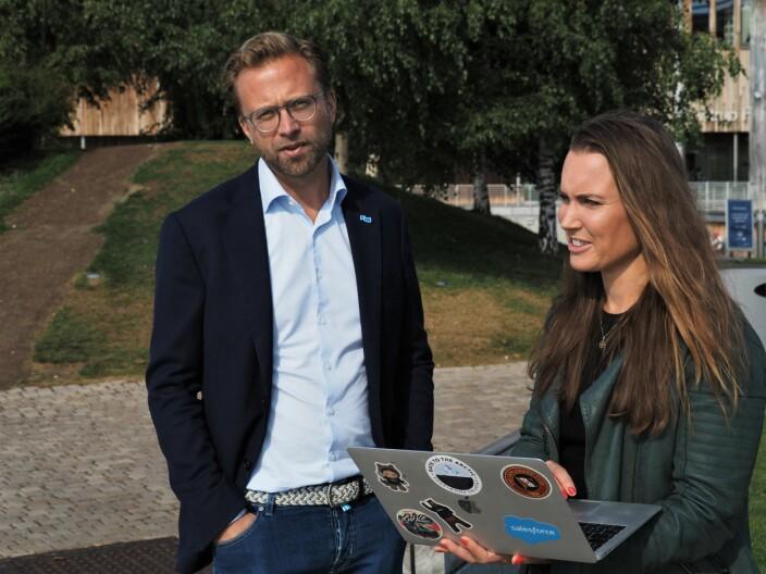 Medgründer Catharina Frostad i Clean Sea Solutions viser moderniseringsminister Nikolai Astrup løsningen startupen jobber med for Kristiansand kommune.