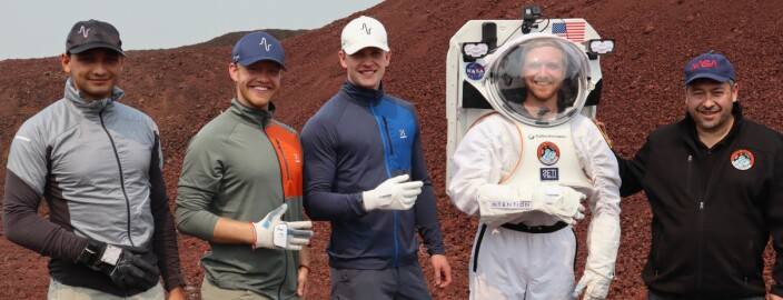 Moina Tamuly (Ntention Co-CEO), Magnus Arveng (Ntention Co- CEO), Jostein Lysberg (Ntention Engineer), Jake Rohrig (Collins Aerospace spacesuit information systems lead), and Pascal Lee (NASA Haughton-Mars Project director). Foto: NASA Haughton-Mars Project / Sawan Dalal)