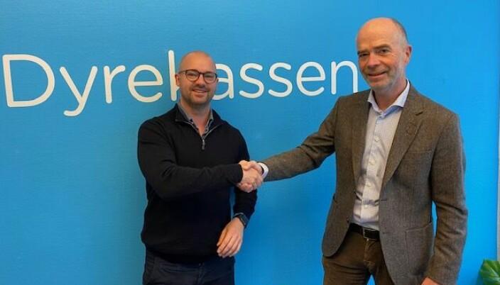 Roger Holthe Olsen sammen med retaildirektør i Felleskjøpet Trond Fidje.