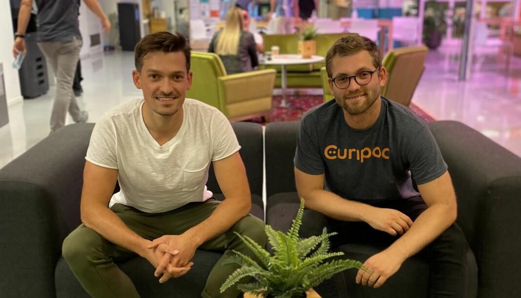 Frikk Fossan og Jens Seip i den godt fotograferte sofaen på Startuplab i Oslo