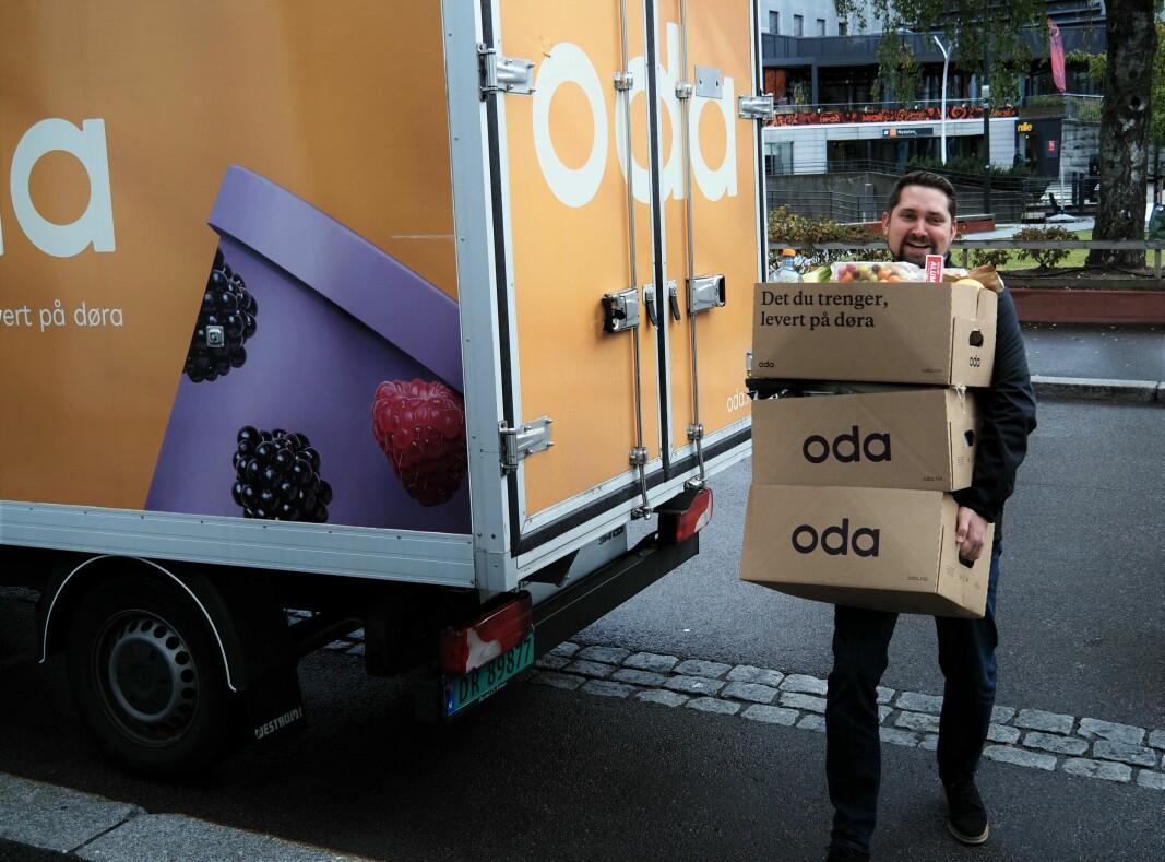 Oda-gründer Karl Munthe-Kaas utfordrer billigkjedene. Her bærer han varer for 4000 kroner, som er besparelsene Oda regner med deres kunder vil få i året med de nye prisene, basert på en gjennomsnittlig handlekurv på 1200 kroner.
