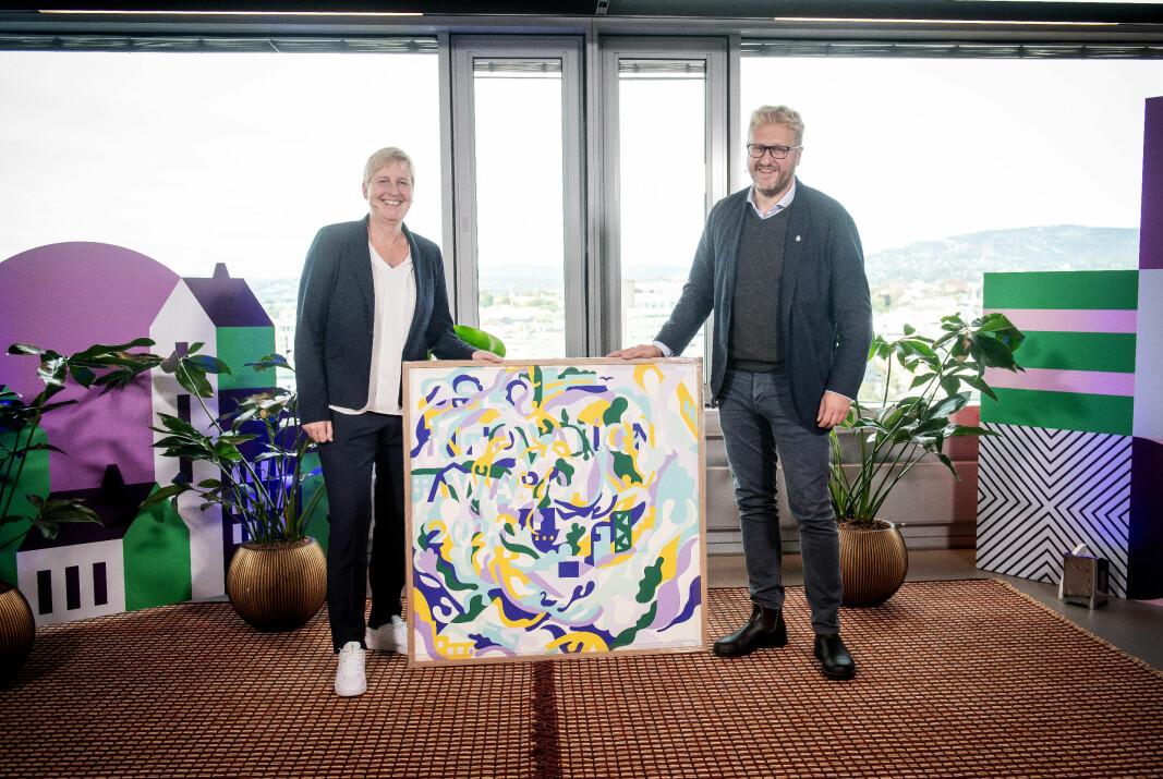 Ellen Cathrine Andersen, CEO i Epiguard, mottok Oslo Innovation Award 2021 av byrådssekretær i Oslo, Vegar Andersen.