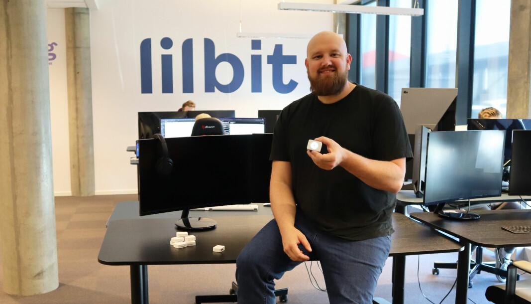 Morten Sæthre, daglig leder i Lilbit, viser frem siste generasjon av selskapets gps-enheter for hund og katt. At mange kunder har vært ganske så misfornøyde med tidligere generasjoner er selskapet mindre opptatt av å fortelle om.