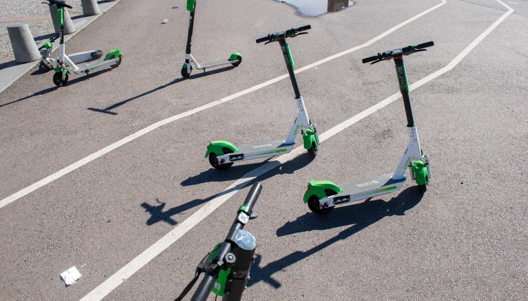 Elsparkesykler i Oslo sentrum av merket Lime. Illustrasjonsfoto.