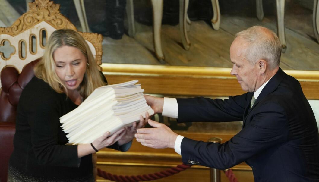 Stortingets nye president, Eva Kristin Hansen (Ap), og finansminister Jan Tore Sanner (H) i Stortinget i forbindelse med fremleggelsen av regjeringens forslag til statsbudsjett for 2022.