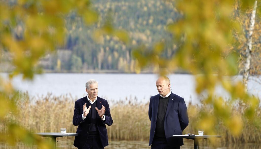 Ap-leder Jonas Gahr Stre t.v. og leder i Sp, Trygve Slagsvold Vedum, legger fram regjeringsplattformen ved Hurdalsjøen hotell.