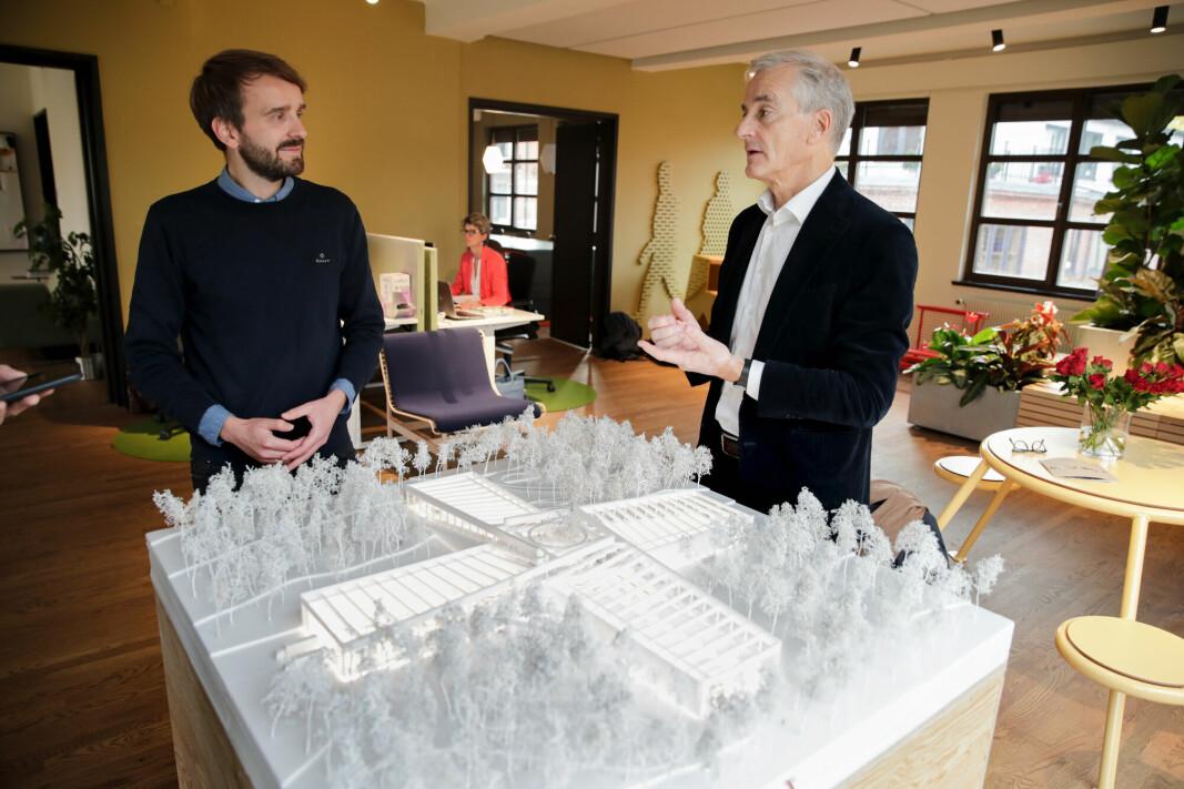Ap-leder Jonas Gahr Støre inspiserte i 2020 en modell av en planlagt banebrytende bærekraftig møbelfabrikk, sammen med daglig leder i Vestre, Jan Christian Vestre. Sistnevnte blir nå næringsminister i Støres regjering.